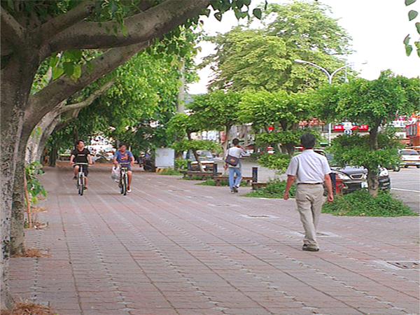 人本的市區道路是希望提供民眾一個舒適、順暢、無障礙人性化的路行環境。